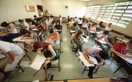 Candidatos fazem prova da Fuvest em sala da Faculdade de Educação da USP (Foto: Mateus Mondini/G1)