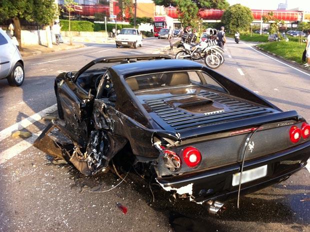 Ferrari ficou parcialmente destruída em acidente na Marginal Pinheiros (Foto: Marília Juste/G1)