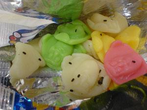 Marcia fotografou pacote de bala com ovos de baratas. 'Minha filha comeu metade', contou. (Foto: Arquivo pessoal)