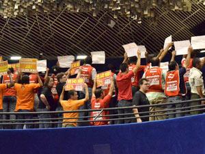 Manifestantes ficam de costas para senadores em protesto durante votação do salário mínimo nesta quarta-feira (23) (Foto: Waldemir Barreto/Agência Senado)