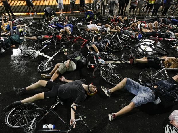 Após atropelamento de ciclistas no RS, grupo protestou na Avenida Paulista, em SP. (Foto: Adriano Vizoni/Folhapress )