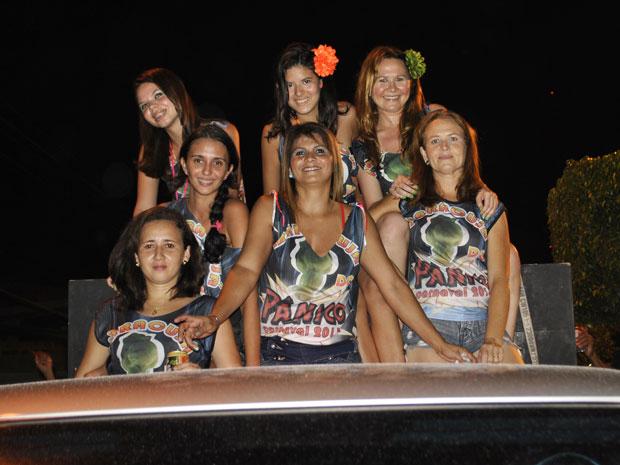 Mulheres se divertem com réplica do maracujá em formato fálico (Foto: Divulgação/Bloco Maracujá do Pânico)