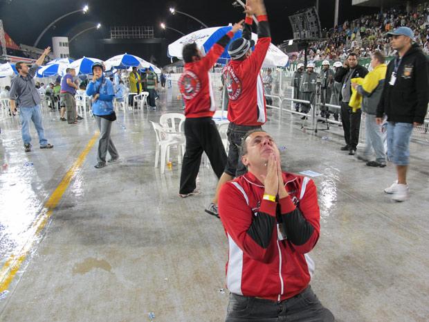 Integrantes da Dragões da Real comemoram ida ao Grupo Especial (Foto: Daigo Oliva / G1)
