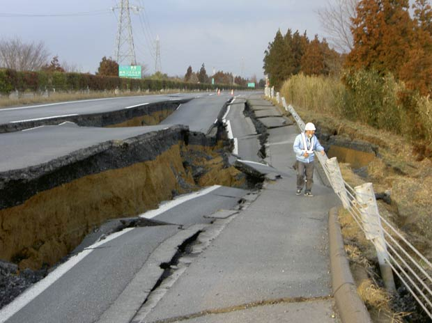 Imagem tirada no dia 11 de março mostra rodovia destruída por terremoto em Naka. (Foto: AP)