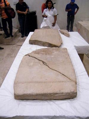 Pedra com calendário maia é exposta em Tabasco, no México (Foto: René Alberto López / AFP Photo) - Globo.com