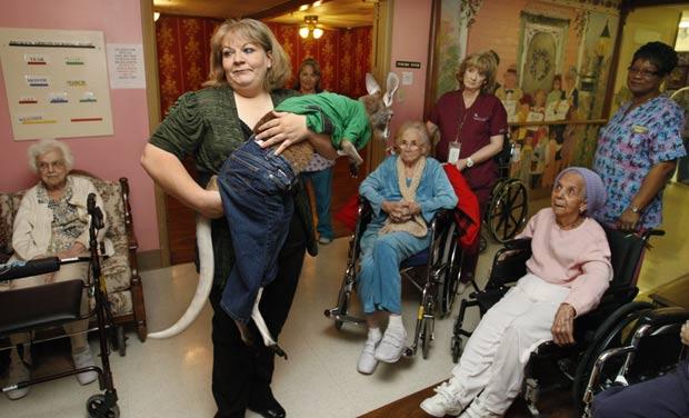 Christie Carr levou seu canguru de estimação para visitar um lar de idosos. (Foto: Sue Ogrocki/AP)