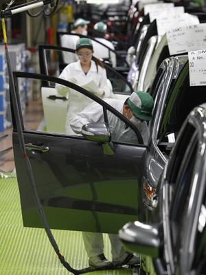 Produção da Toyota no Japão é retomada nesta segunda-feira (18) (Foto: Shizuo Kambayashi/AP)
