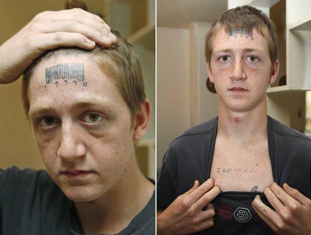 Stetson Johnson exibe tatuagens que foram feitas por agressores. (Foto: Sue Ogrocki/AP)