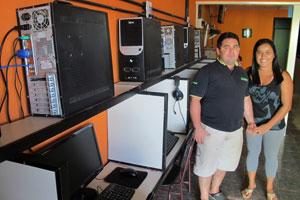 Adílson e Cleide são donos de uma lanhouse em Presidente Figueiredo há 2 anos (Foto: Laura Brentano/G1)