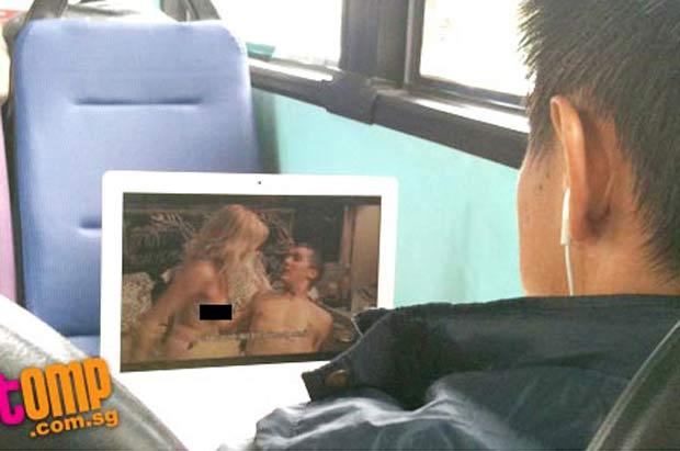 Homem foi flagrado assistindo a filme pornô em ônibus. (Foto: Reprodução)