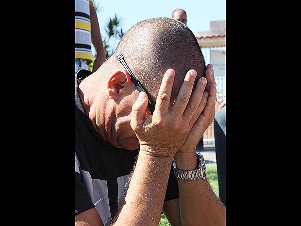 MC Serginho chora durante o enterro. Parceria dele com o dançarino Marco Aurélio da Silva Rosa foi desfeita há dois anos (Foto: Futura Press)