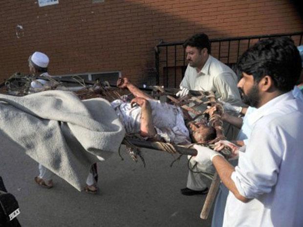 Duas explosões ocorreram quando cadetes deixavam centro de treinamento em uma academia de policiais paramilitares. (Foto: Hasham Ahmed / AFP)