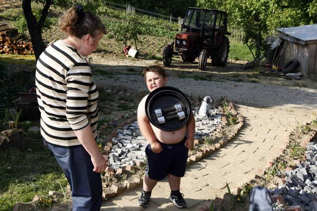 Ivan Stoilikovic é capaz de transportar até 25 quilos de metais presos ao seu corpo. (Foto: Nikola Solic/Reuters)