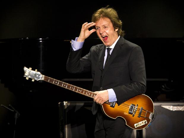 Paul McCartney em momento do show no Engenhão na segunda-feira (23).  (Foto: AP)
