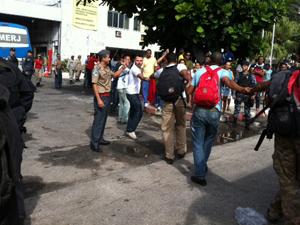 bombeiros mãos dadas (Foto: Alba Valéria Mendonça / G1)