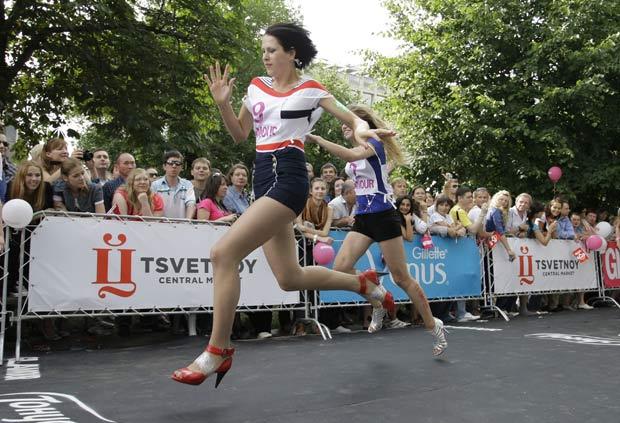 Cerca de cem mulheres participaram da corrida de salto alto. (Foto: Alexander Zemlianichenko Jr/AP)