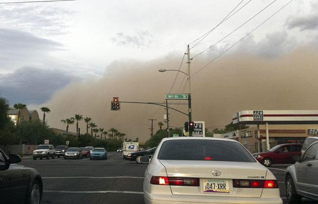Da rua era possível ver a nuvem de areia se aproximando em Phoenix (Foto: AP)