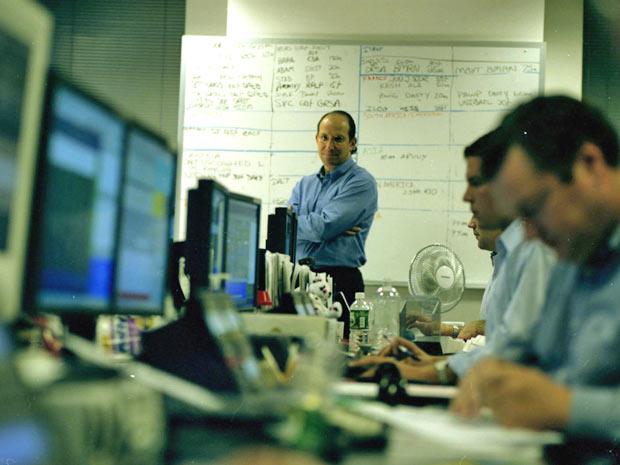Howard Lutnick (ao centro), diretor da empresa que perdeu 658 funcionários no 11 de Setembro, no escritório da Cantor Fitzgerald em 2002 (Foto: Fred R. Conrad/The New York Time)