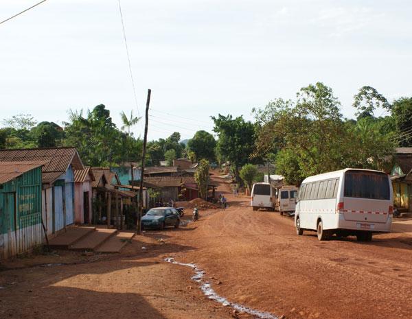 Rua principal da localidade de Serra Pelada, na região sul do Pará, onde não há asfalto em nehuma das ruas e o esgoto corre à céu aberto.  (Foto: Vianey Bentes/TV Globo)