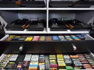 Os cartuchos são guardados em móveis planejados. (Foto: Vinícius Sgarbe/G1 PR)