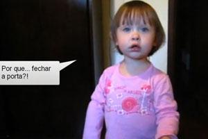 Menina de 2 anos vira hit na web após argumentar com pai sobre porta (Foto: Reprodução)