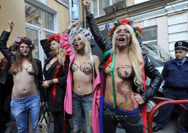 Ucranianas membros do grupo feminista Femen compareceram nesta quarta-feira (28) em frente à corte do distrito de Pechersky, em Kiev, usando à mostra sutiãs feitos de arame farpado. Elas foram convocadas ao tribunal após serem detidas em um protesto realizado no dia anterior. (Foto: AFP)