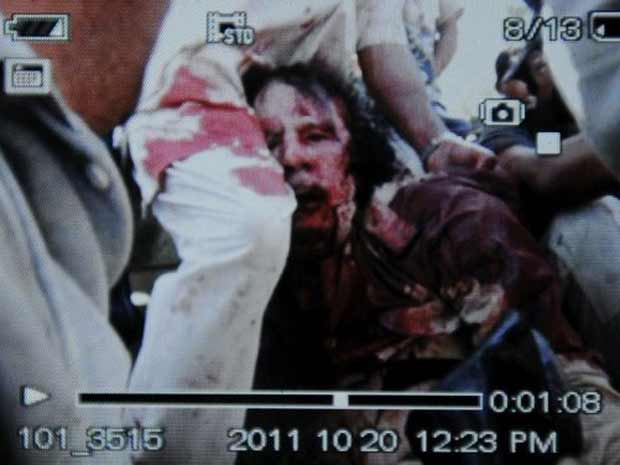 Imagem feita por telefone celular e obtida pela France Presse mostra o que seria o momento da captura de Kadhafi próximo a Sirte (Foto: AFP)