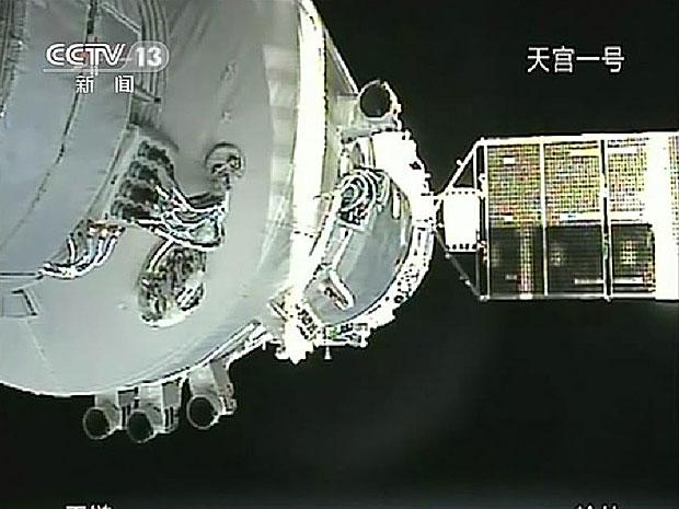 Televisão chinesa transmitiu momento da acoplagem  (Foto: Reprodução/CFTV)