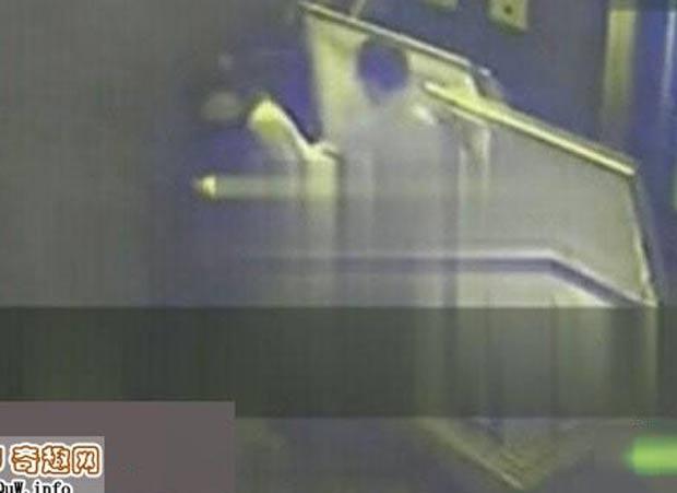 Casal foi flagrado fazendo sexo dentro de um caixão na China. (Foto: Reprodução)