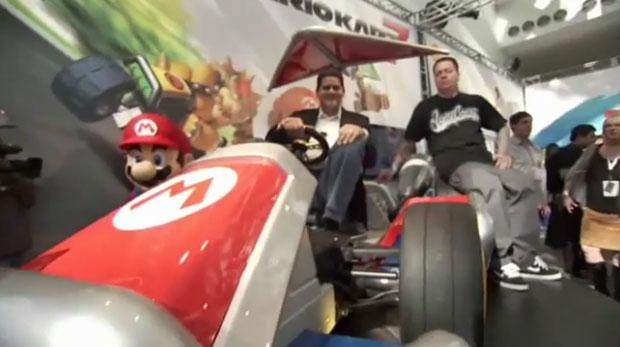 O presidente da Nintendo of America, Reggie Fils-Aime, senta na réplica do kart usado por Mario (Foto: Reprodução)