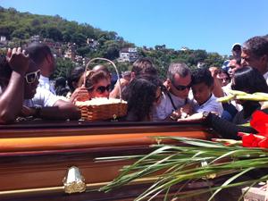 Carlinhos de Jesus abraçado ao neto (Foto: Thamine Leta/G1)