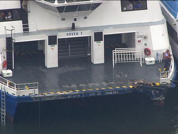 Catamarã ficou danificado após batida (Foto: Reprodução/TV Globo)