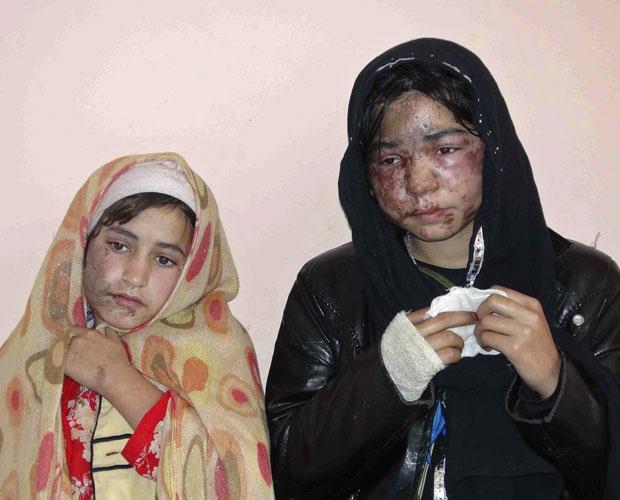 Meninas afegãs recebem tratamento após ataque, em Kunduz (Foto: Reuters)