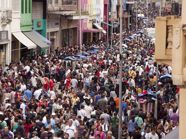 Consumidores lotaram a região da Rua 25 de Março, no Centro de São Paulo, neste sábado (3), o primeiro de dezembro. Desde março, Companhia de Engenharia de Tráfego (CET) bloqueia o tráfego de veículos em um trecho da Rua 25 de Março para facilitar a circulação dos compradores. A medida faz parte da Operação Natal (Foto: Ricardo Lou /News Free/AE)