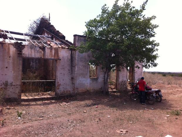 Distrito fica a 27 quilômetros da Zona Urbana de Parambu. O único acesso é por estrada piçarra (Foto: André Teixeira/G1)