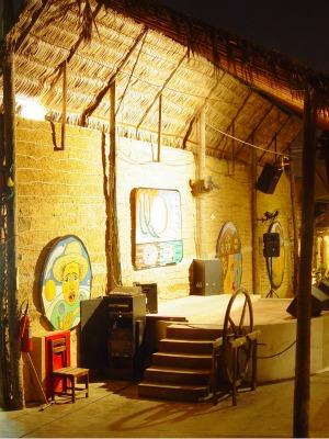 Kukukaya possui ambiente temático com réplica de casa de taipa (Foto: Kukukaya/ Divulgação)
