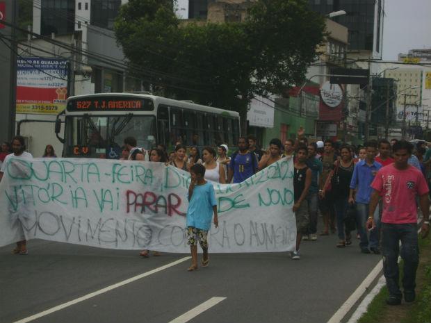 Capixabas protestam contra aumento nas tarifas de ônibus, no Espírito Santo (Foto: Vivian Monteiro/ VC no ESTV)