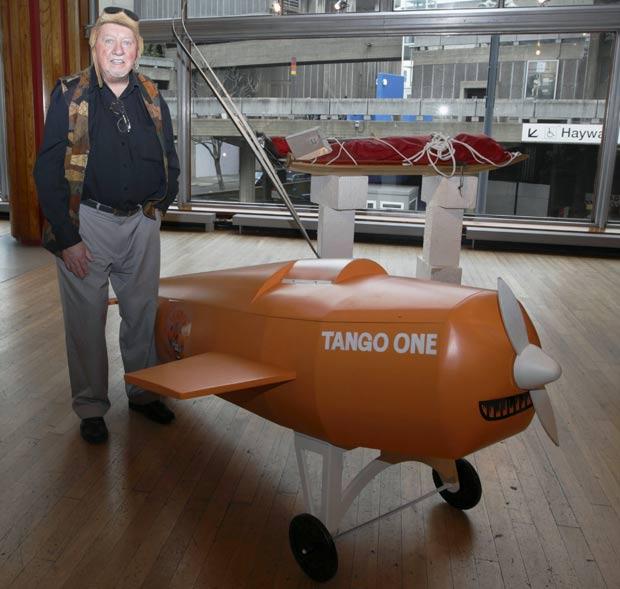 Caixão em formato de avião fez parte de exposição em Londres. (Foto: Justin Tallis/AFP)