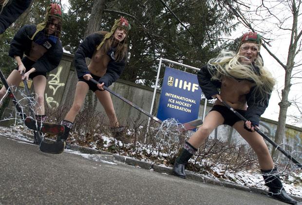 Mulheres usaram tacos de hóquei durante o protesto (Foto: Sebastien Bozon/AFP)