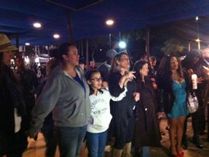 Fãs cantam em homenagem à artista em frente ao hotel (Foto: Mariana De Lucca/G1)