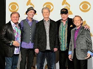 Os Beach Boys posam para fotógrafos na cerimônia de entrega do Grammy 2012 (Foto: AP)