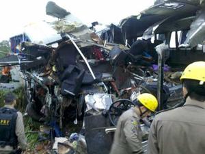 Acidente com maior número de mortes foi colisão lateral entre dois ônibus, que matou pelo menos 15 pessoas na BR-153 (Foto: Divulgação/PRF)