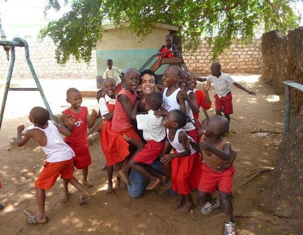 Artur Ribas com crianças atendidas no projeto social no Quênia (Foto: Arquivo Pessoal)