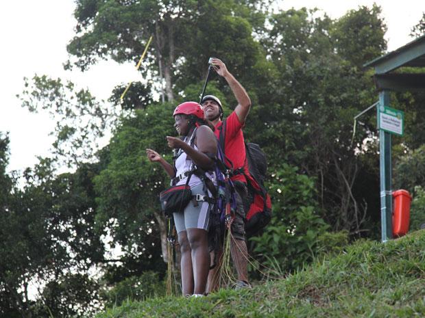 A jovem momentos antes de pular de parapente (Foto: Norton Marcon/TV Globo)