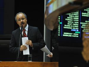 O relator da Lei Geral da Copa, deputado Vicente Cândido (PT-SP), discursa na tribuna da Câmara (Foto: Agência Brasil)