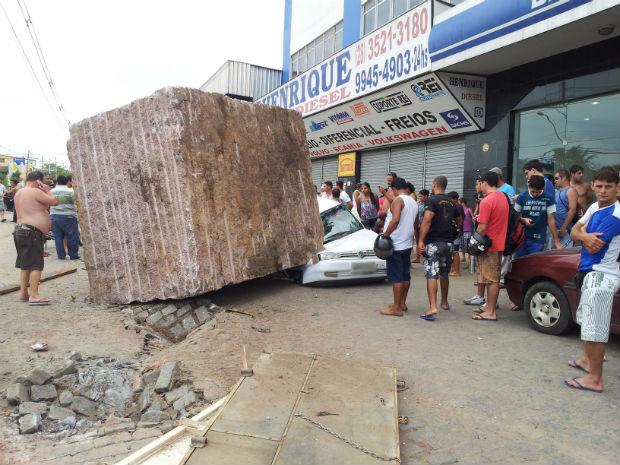 Pedra de granito caiu sobre veículo em Cachoeiro de Itapemirim (Foto: Herbet Viana / VC no G1)