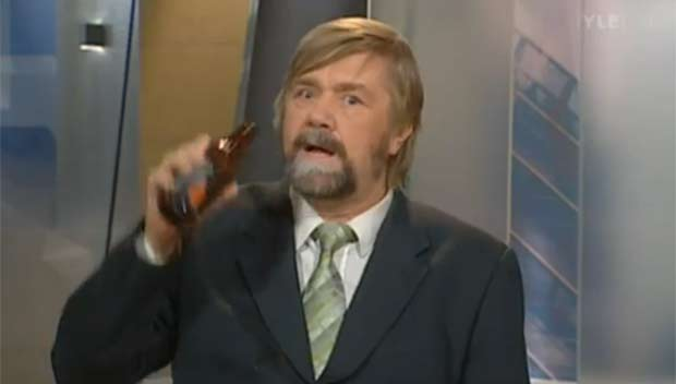 Em 2010, o apresentador finlandês Kimmo Wilska foi demitido após ser flagrado com uma cerveja em um programa ao vivo da emissora 'YLE'. Após uma reportagem sobre o consumo da bebida, Wilska fez uma brincadeira e simulou estar bebendo no estúdio. (Foto: Reprodução)