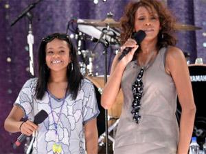 Whitney Houston canta com a filha, Bobbi Kristina Brown, durante um show no Central Park, em Nova York, em 2009 (Foto: Evan Agostini/Arquivos / AP)