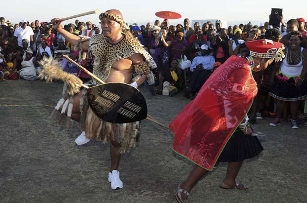 Jacob Zuma e sua noiva Bongi Ngema durante a cerimônia nesta sexta-feira (20) em Nkandla (Foto: Reuters)