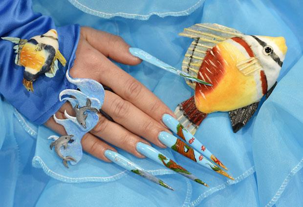 Mulher exibe as unhas pintadas com o tema subaquático (Foto: Jens Meyer/AP)
